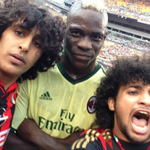 RT @BBCSporf: BRILLIANT: Mario Balotelli poses for a selfie with two AC Milan fans that ran onto the pitch mid-match. http://t.co/e4d0ccQYiI