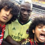 Balotelli takes selfie with pitch invaders during AC Milans 5-1 defeat to Manchester City http://t.co/XxCEfynzQA http://t.co/Saq0xNGvdt
