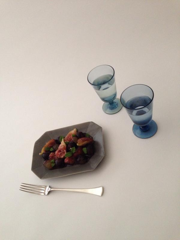 井山さんにグレーのお皿作っていただきました。9月金沢、ズーマショップでデビューです。渡辺廉啓さんにランチも作ってもらいますよー。ズーマは、初めてのワイングラスです。 http://t.co/459g9kgdwe