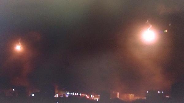 Yusuf Özhan (@Yusuf_Ozhan): #İsrail'in #Gazze'ye yönelik hava saldırıları ve top atışları başladı. Gökyüzü aydınlatma fişekleri ile kaplı. http://t.co/9Qzh2c86YZ