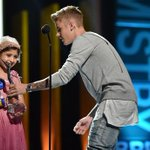 RT @YHAwards: Justin presents Grace with his #ChampOfCharity Award! @justinbieber @celebritygrace @MakeAWish #YHA http://t.co/hEcqGoAKIr