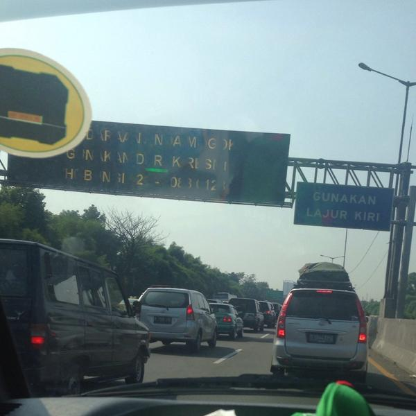 Dari tol Bekasi Timur arah Cikampek masih tetap padat walaupun sudah Lebaran ke-2 #MudikOkezone http://t.co/k8a6izfIln