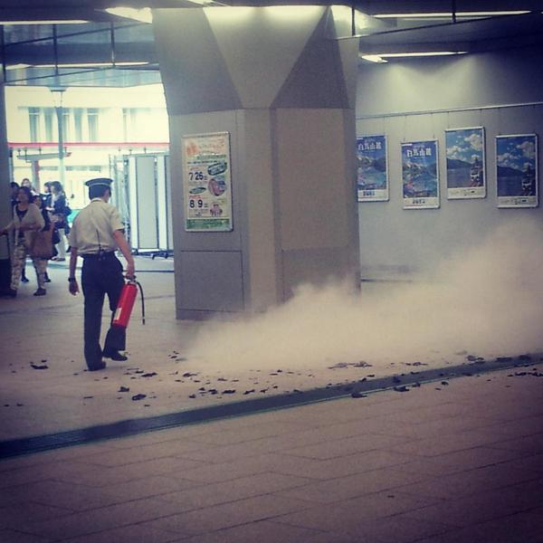 浦和駅、煙い。さっき燃えてたあれはなんだろう。 http://t.co/wM0t17jyy0