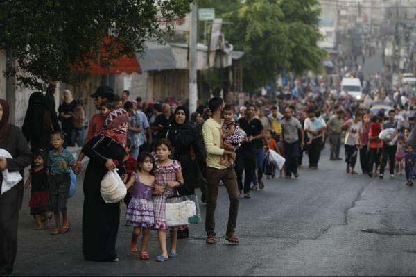 Around 215,000 people have fled their homes but the borders are shut and people have nowhere safe to go. #Gaza http://t.co/ZaoSFLLRHA