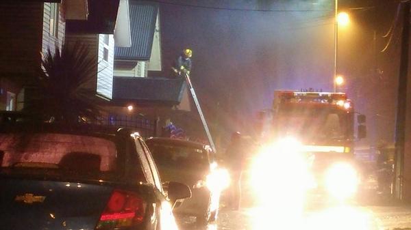 Incendio en Calle John Dalton, al llegar a Jorge Mardones #Temuco #FundoElCarmen http://t.co/66Z7RCaSuV