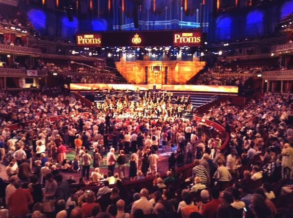 Birinci yarı bitti alkışlar durmuyor #bifo #bbcproms @RoyalAlbertHall http://t.co/olaUTEgj8L