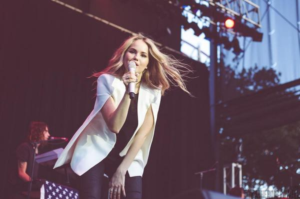 .@DebbyRyan rocks the stage with @thenvrndng in our Upas cape jacket at the @SixFlags Summer Concert Series in Texas! http://t.co/uKwy2ljeR9
