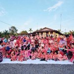 "Pic raya paling win! RT ""@SampahRemajaKL: Mother of pink family ! http://t.co/j3x0JE7Ycv"""
