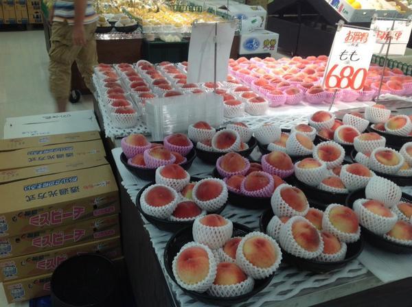 POPは山梨産と表示。隣に積まれた箱は手前も奥も福島と印刷されている。 http://t.co/4WkLAFDsET