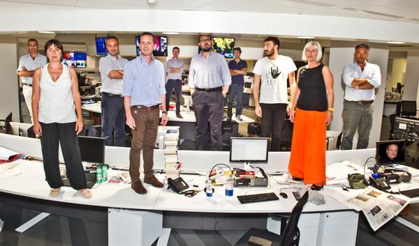"""#RobinWilliams Come """"L'Attimo fuggente"""", tutti in piedi sui banchi. Anche noi de  @la_stampa http://t.co/rXHRqEQWu3 http://t.co/R9FucQvxmw"""