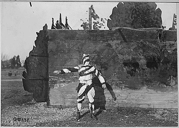 第一次世界大戦時の迷彩服は、試験段階だと思うけど、こんな感じです。アメリカ国立公文書館の資料です。今の迷彩服にある隠蔽効果ではなく、キュビスムの原理に基づくとされた分断効果を狙っています。 http://t.co/a8kmd4GDLa http://t.co/u8LEvdmv4y