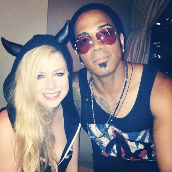 Avril Lavigne e @altberry, baixista da banda, após o show de hoje em Nagoya. http://t.co/6UUKjtZ5jP