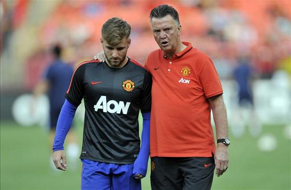 Bu7kLiYIAAAKjiP Manchester United left back Luke Shaw ruled out for up to a month by injury [SSN]