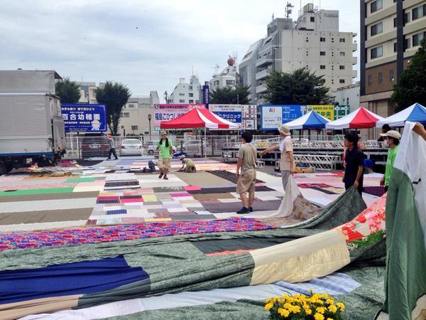 「福島大風呂敷」,広げはじめました. / 福島市「街なか広場」 http://t.co/s1UTfyG5ll