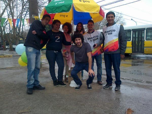 En la plaza del centro de Varela con lluvia y todo. #Mauricioyvos http://t.co/UBsBltdRot