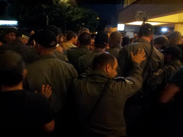 שורות הדוחפים השלובים נהיות אלימות מהר. הקריאות: די להרג! די לשכול! הכיבוש חייב ליפול! http://t.co/uWfruM5Tn6