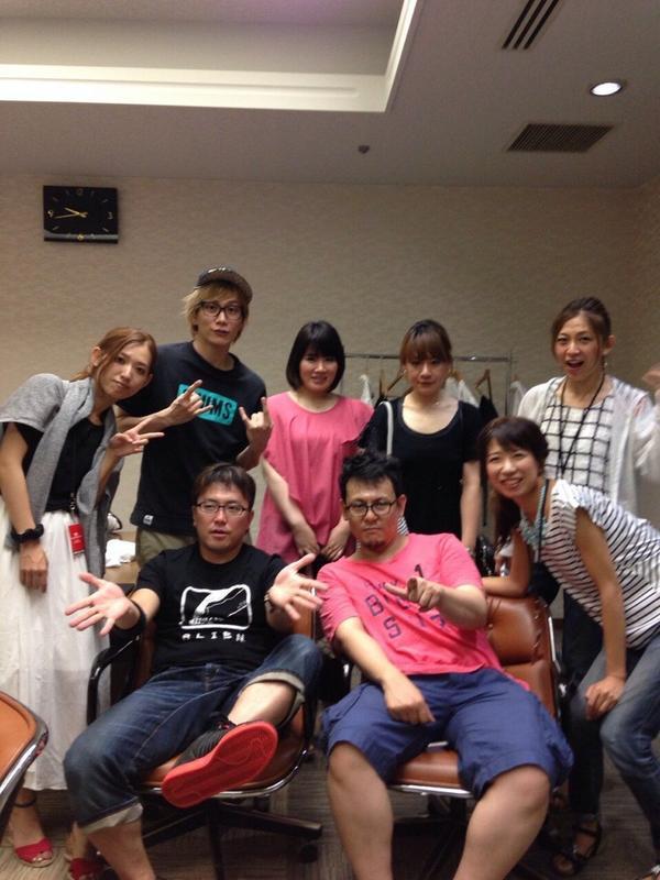 アイマス9thツアー、大阪2日目終了〜!本当に会場の一体感がすごくて、楽しかったなー。しかしこの全身の疲れきった感じ、、www  あ。昨日とったアイドルマスターバンドの記念写真でーす。 http://t.co/gKvq7bthPt