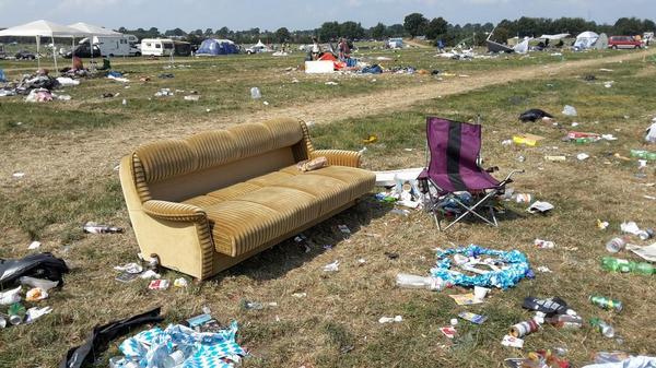 Heys guys, you forgot your sofa... #Wacken http://t.co/UGIpDGiEaH