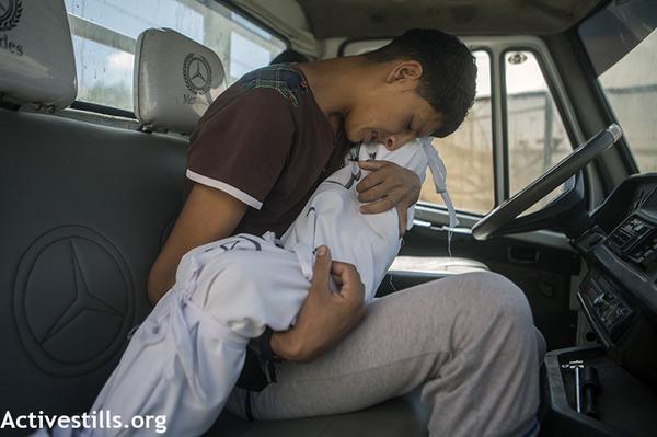 Palestinian boy hugs his ittle sister goodbye, she was killed by #Israel attack in #Rafah http://t.co/2V5kI4w52w #Gaza #GazaUnderAttack