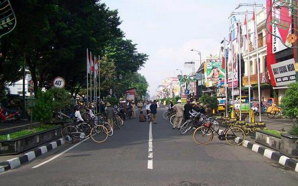 Yes! RT @JogjaToday: Malioboro Diusulkan Jadi Kawasan untuk pejalan kaki dan sepeda, yang setuju retweet ya.. http://t.co/1WtIOu3ME5