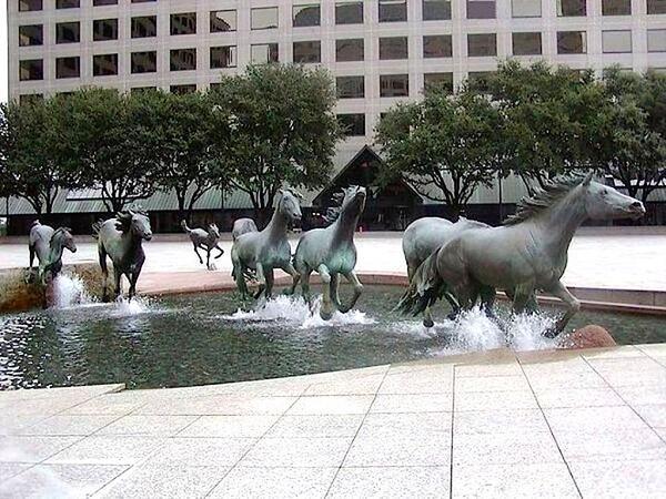 普通の噴水同様に下から水を吹き上げてるだけなのに、彫像のありようでダイナミックな演出効果が出ている。 http://t.co/2dGj1dG015