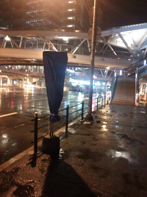 本日から市バス停留所「あべの橋(おりば)」の場所がキューズモールの前に変わりました。時刻表にシートがかぶせられた停留所跡地には哀愁が・・・ http://t.co/sf9tevFqLf