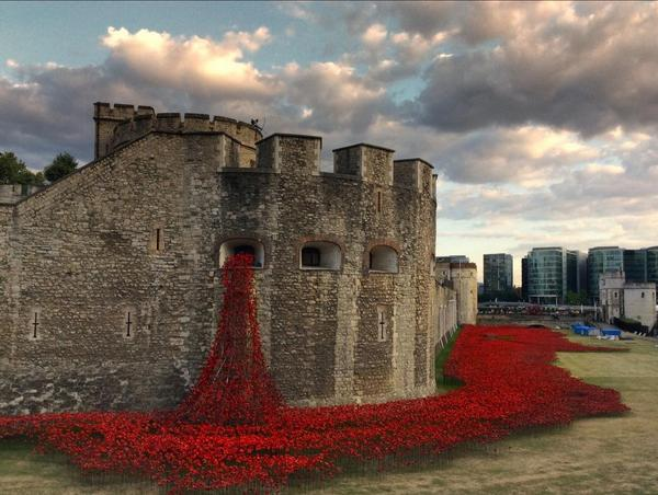 Stunning tribute at Tower of London marking today's 100th Anniversary of Britain entering WWI http://t.co/tDY6XhAXqb http://t.co/efvLLCRnp2