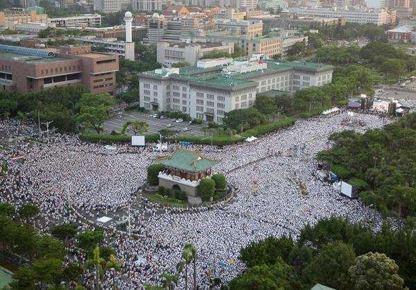 1년전 8월 대만에서 훙청치우(24) 병장 가혹행위 사망 사건 25만명의 대만인들이 국민의 자식이 정부에 의해 살해됐다며 철저한 진상 규명을 요구하는 대규모 시위가 있었다 그러나 한국은 윤일병 사망 사건엔 잠잠 http://t.co/GmGKJbdeHD