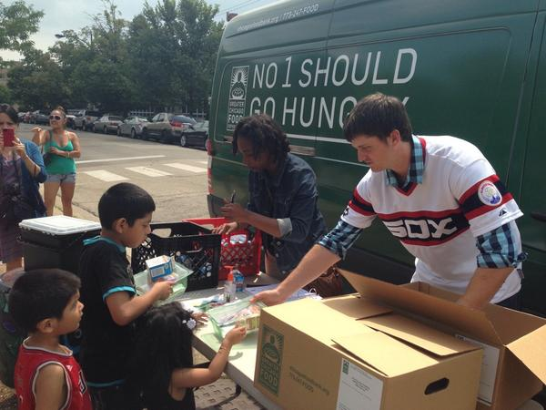 .@whitesox pitcher Jake Petricka helping distribute Lunch Bus #summermeals today in Pilsen! Thank you! http://t.co/FuNc9TFq1Z