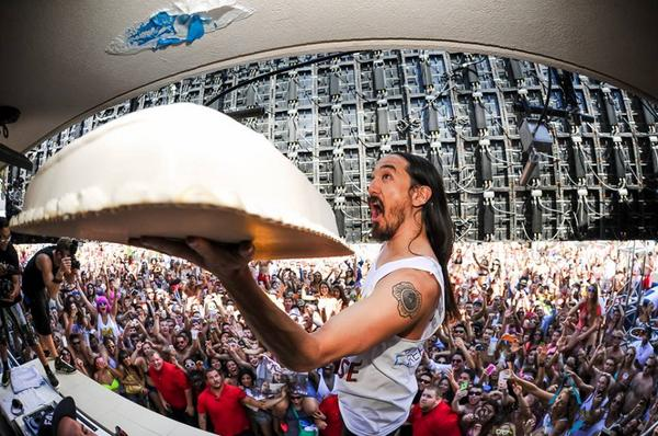 Nothing gets in the way of @steveaoki and his cake throwing! Get caked on 8/29 of #LDW2014:  http://t.co/bD9wiKeSAO http://t.co/mq79LG1NK7