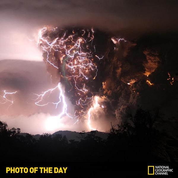 [내셔널지오그래픽채널 오늘의 포토] 폭풍우가 치는 가운데 칠레의 차이텐 화산이 폭발하였습니다. 번개가 화산재 연기를 그물처럼 감싸고 있는듯한 경관은 경이롭기도 하지만, 수천명의 주민들이 대피해야 했죠. http://t.co/wSifKShUAM