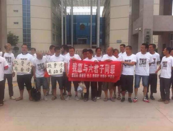 死磕~RT @zhangqifangu   说老实话,我对郑州事件中持续的抗议静坐。在方法和策略上是持怀疑态度的。今天我发现我错了,我相信若干年后,我们描述今天的郑州事件时。会将它定义为是一个时代的转折点,或者标志性事件。 http://t.co/PULxt2H5tX