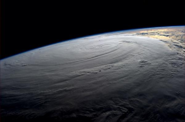 """宇宙から撮られた台風11号、みなさまお気をつけください""""@astro_reid: #Typhoon #Halong blankets the Earth. Wednesday at 0900GMT http://t.co/S2jFSoT7VH"""""""