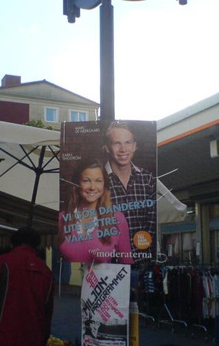 Förra valrörelsens roligaste vandalism: När någon tog ner den här och satte upp den i Husby centrum. http://t.co/a1wFYKwLDb
