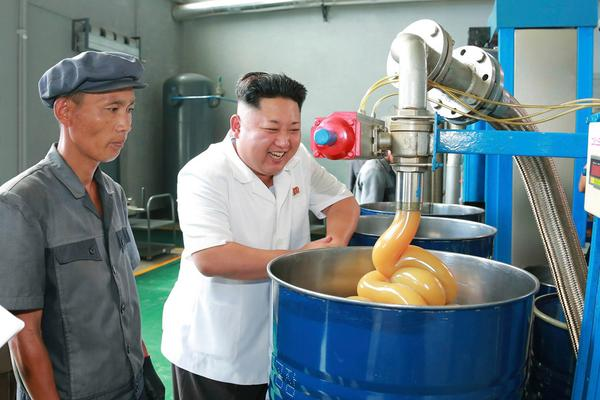 Kim Jong Un amused by lubricant at North Korea factory, worker beside him not so much http://t.co/SABiSDewS8 (KCNA) http://t.co/RBzQFiguTJ