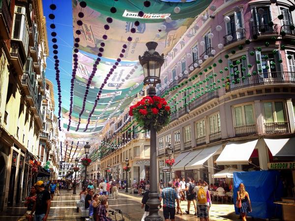 Málaga ya huele a Feria /cc @azahar (@ Calle Marqués de Larios in Málaga w/ @borissoler) https://t.co/ESYdohyfR3 http://t.co/0wqCkumH5U
