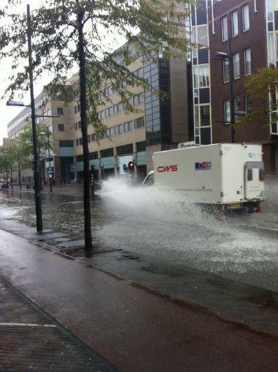 Er staan weer diverse straten blank in het centrum van #Eindhoven: https://t.co/8aug1nA9ZG #regen http://t.co/BOev9fJLEX