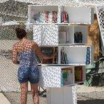 autre exemple de #bibliothèque de plage. Cétait à Istres, plage de la Romaniquette. http://t.co/kPkDui8vMZ RT @Folio_livres #livres