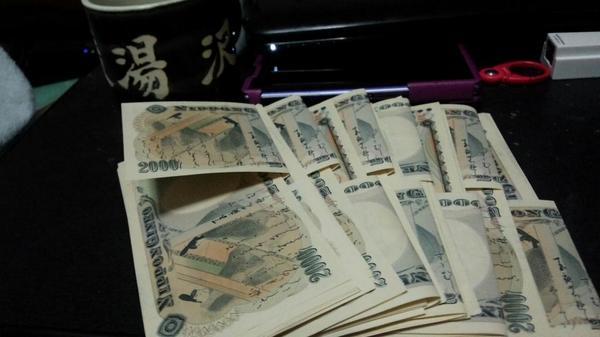コミケ会場でサークルさんに一万円札や五千円札をだすのは厳しいから、私みたいに事前に両替しておきましょう。 私はこの様に準備万端です。 http://t.co/sYa0MfsSKL