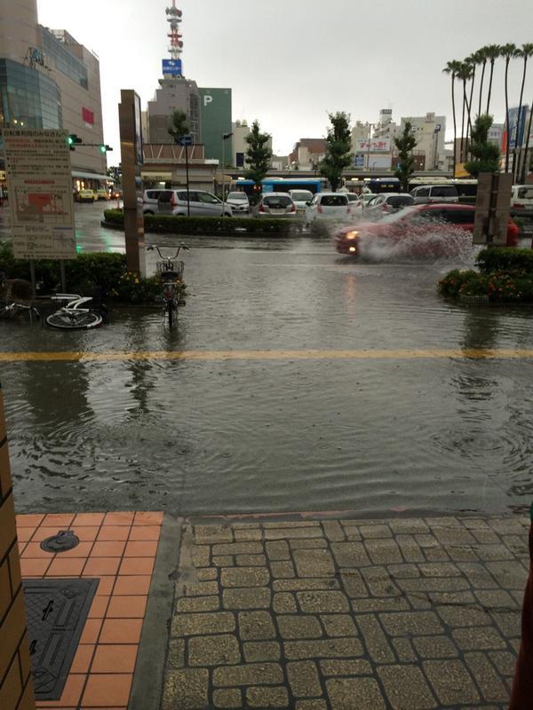 ポッポ街前が冠水してきつつあります!駅前に来られる方はお気をつけください。 http://t.co/XDXHppinMA
