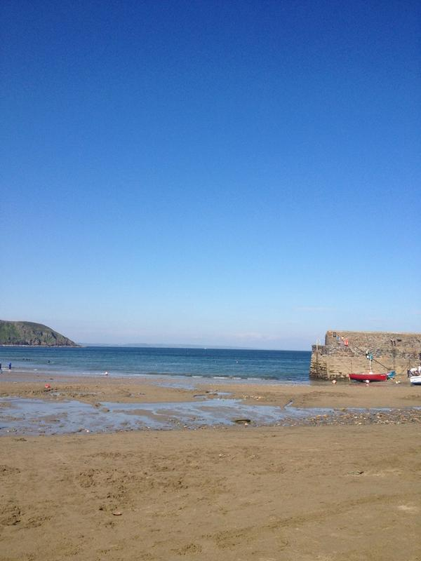 We can confirm that the sky is blue and the sun is out in #cornwall #bestdayever http://t.co/0uwQL16aQd