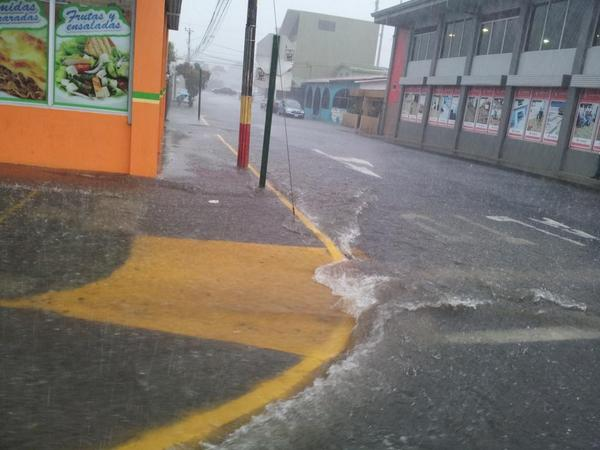 """@hoycanal9: UH: Se reportan fuertes lluvias en Alajuela. En San Ramón se taparon las aceras #tiempocr  http://t.co/KU67ejvk8J"""" @glennmoya"