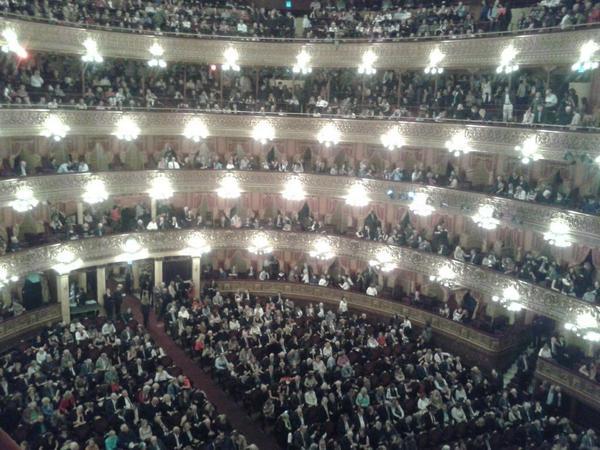 adnCULTURA (@adnCULTURA): En minutos comienza la función Barenboim+Argerich+Les Luthiers #musica @TeatroColon http://t.co/jBS4wj7uO6