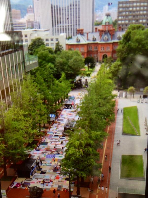 北3条広場に,「札幌大風呂敷」が広げられました. / 「フェスティバルFUKUSHIMA!北3条広場で盆踊り」 http://t.co/fHlmGWgr24