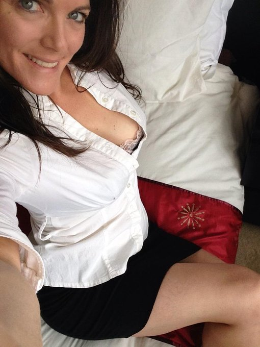It's raining so no roofer today. This means finger in my puss before 10am #SexySunday #CustomVideo #Winning