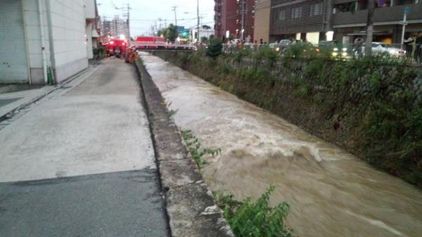 この天神川がダクリュウになり、人が流されたそうでレスキューが捜索しているそうです。助かればいいのですが。 http://t.co/JaM2kJ5SAZ