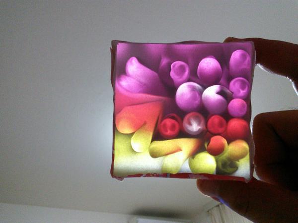 銀色の折紙で円筒やハート星等を作り、箱の上下を切ってカラーセロハンとトレーシングペーパーを貼った間に入れる。そして電灯にかざすと… かわいい万華鏡を教えてもらいました。 中の折り紙の反射で表情が変わって楽しいです。 http://t.co/lnz0sHfpRT