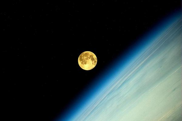 Imagen de la #SUPERLUNA captada desde el mejor ángulo: la Estación Espacial Internacional por: Oleg Artemyev http://t.co/VhmNQ1ZgY3