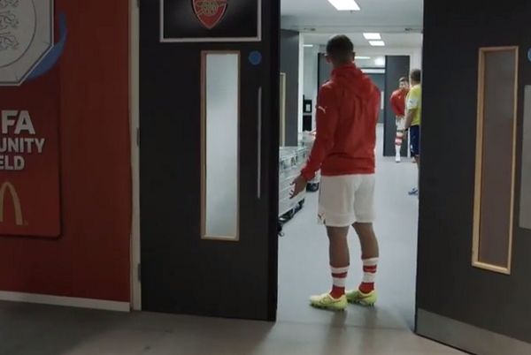 ButMyeQCQAAtzub Olly, lets go! Wilshere has to go back to dressing room to get Giroud out for warm up [Video]