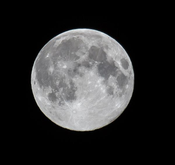 OH GO ON THEN! Here's my Super Moon, taken five minutes ago. http://t.co/1ifDP74AfK